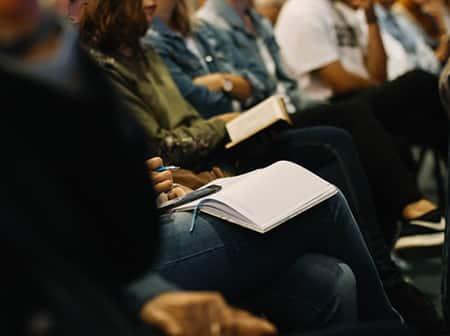 Gros plan sur une rangé de personnes en réunion